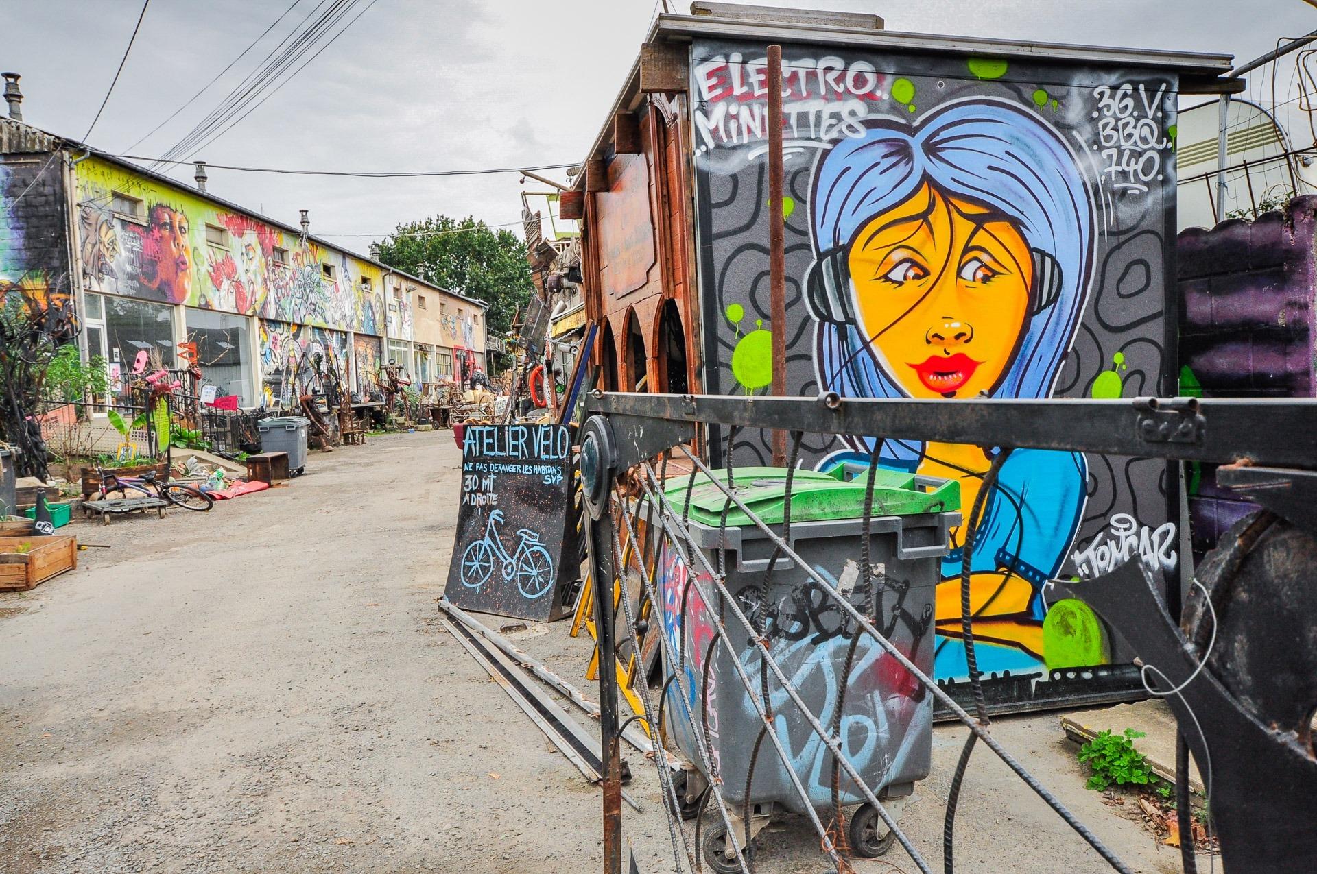 Une rue avec des graffitis